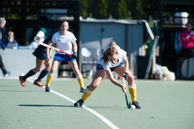 Women's field hockey celebrate their U Sports title win.