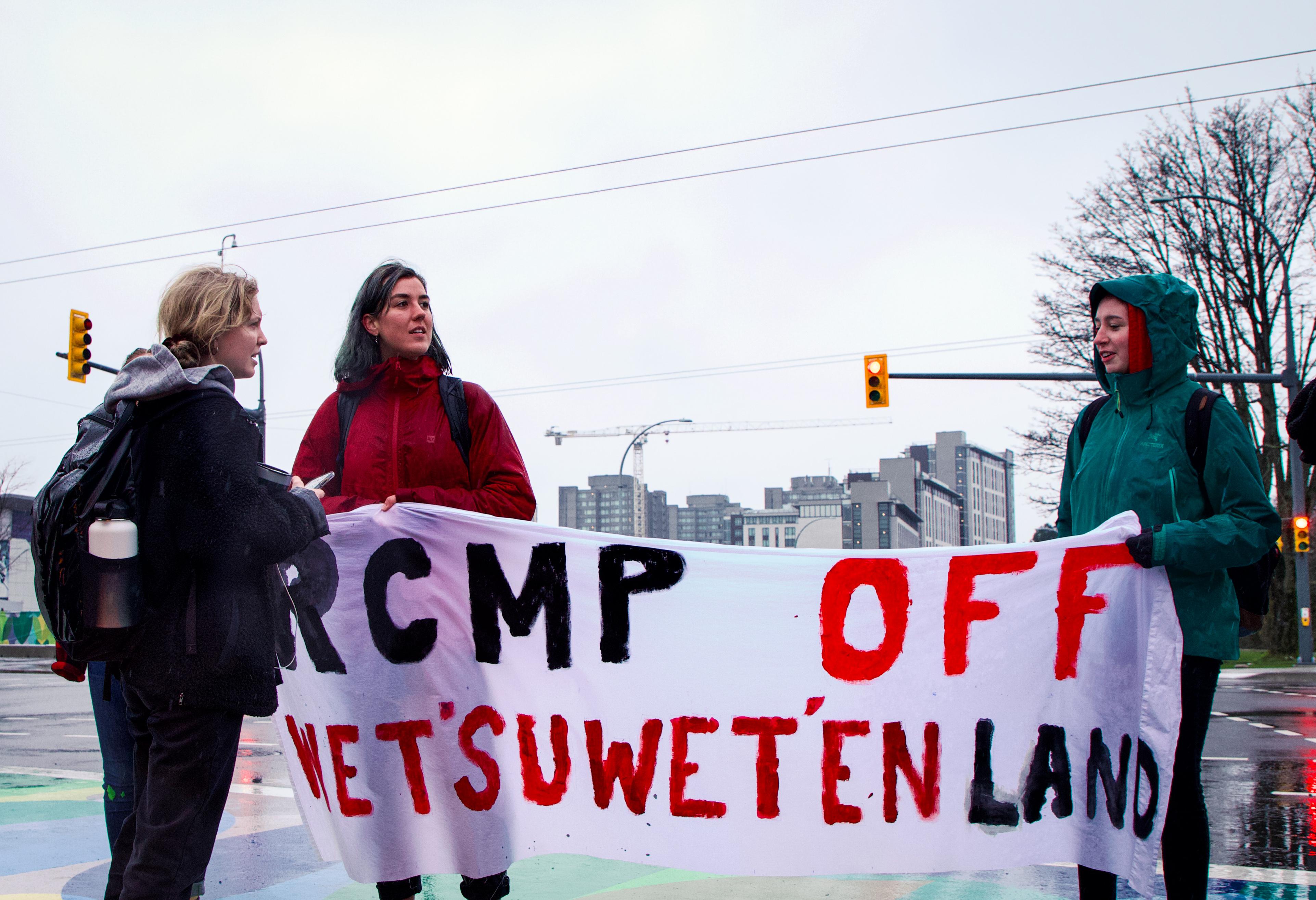 UBC students blocking University Blvd in solidarity with Wet'suwet'en.